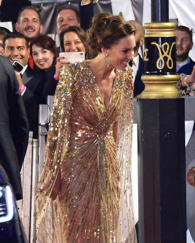 James Bond filminin galasında Kate Middleton rüzgarı! Kıyafetini gören gözlerini alamadı