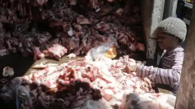 Açlık krizinin yaşandığı Brezilya'da insanlar hayvan leşlerine hücum etti! Çekilen fotoğraf dünyayı ayağa kaldırdı