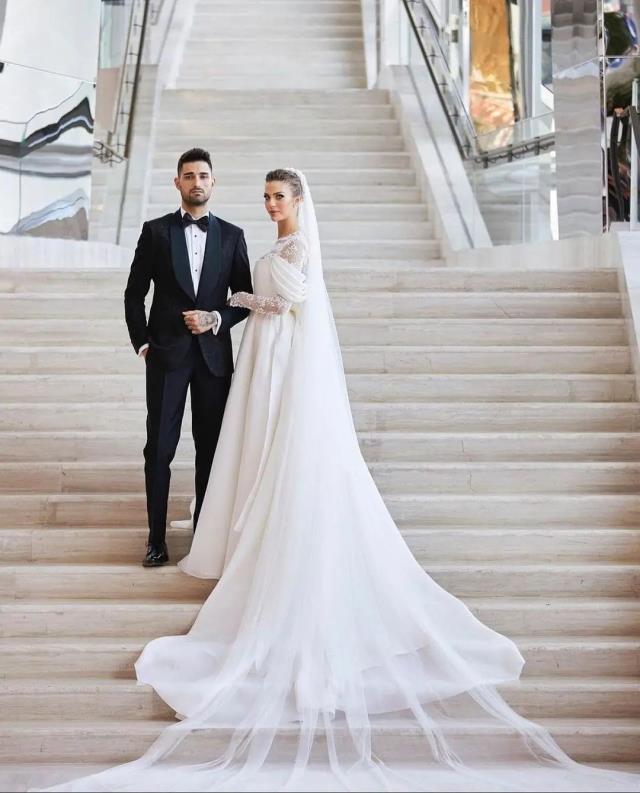 İdo Tatlıses ile evlenen Yasemin Şefkatli'nin gelinliği sosyal medya kullanıcılarını ikiye böldü