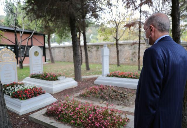 Cuma namazı sonrası kabir ziyareti yapan Erdoğan, 3 ismin mezarına gidip dua etti
