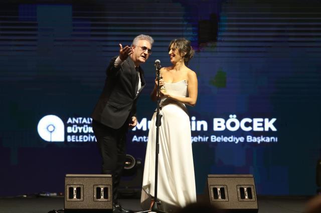 Altın Portakal'da Nihal Yalçın'ın konuşması sırasında Tamer Karadağlı'nın tavırları geceye damga vurdu