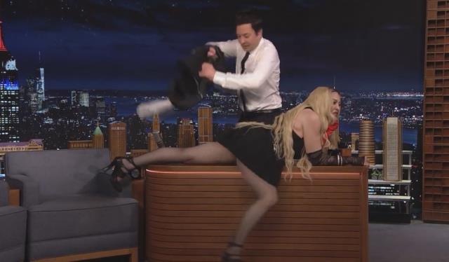 Madonna'dan olay hareket! Konuk olduğu programda eteğini kaldırıp sunucu masasına uzandı