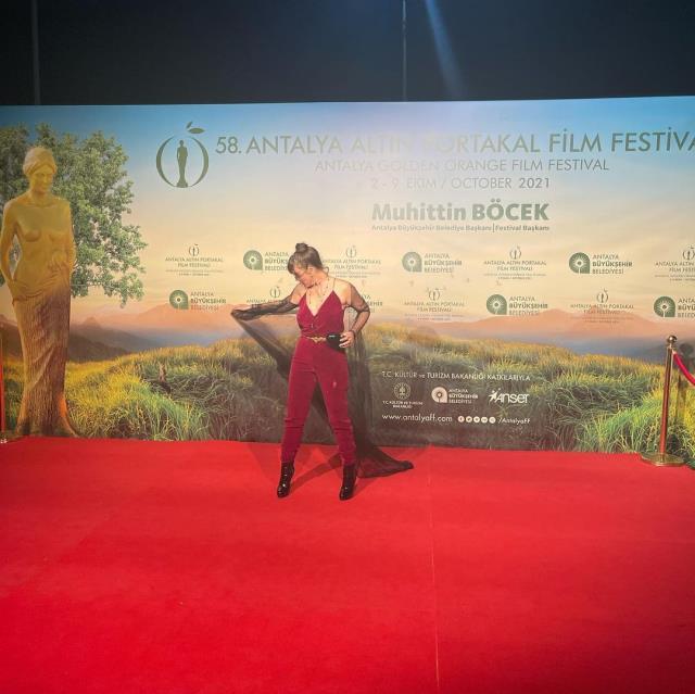 Altın Portakal'da şıklık yarışı! Demet Evgar annesinin diktiği kıyafetle  geldi - Haberler Magazin