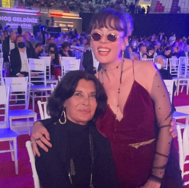Altın Portakal'da şıklık yarışı! Demet Evgar annesinin diktiği kıyafetle geldi