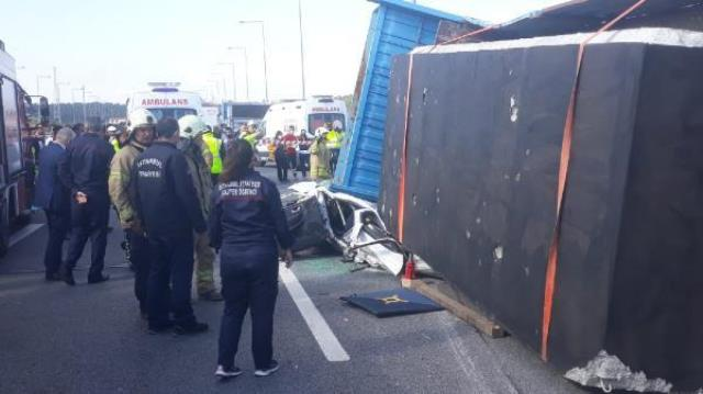 İstanbul'da korkunç kaza! Beton blok yüklü tır, otomobili kağıt gibi ezdi