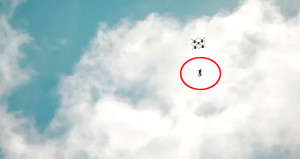 Dronedan atlayan çılgın paraşütçü, bir ilke imza attı!