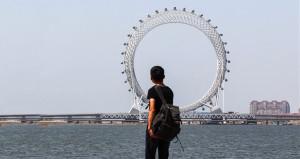 Çinliler ortası bomboş dönme dolabı şehrin ortasına dikti!