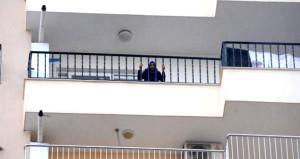 Evladının düştüğü balkondan ayıramadılar!