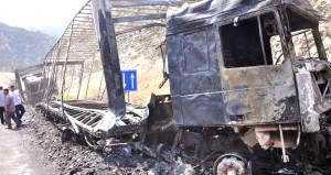PKK'lı teröristler yol kapatıp araçları ateşe verdi