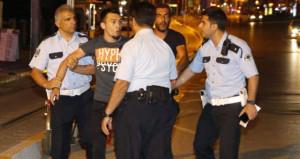 Duygu sömürüsü işe yaramayan alkollü sürücü, polise bira şisesi attı!