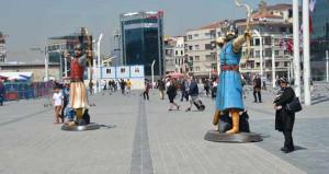 Taksim'e çıkan turistler dondu kaldı