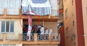 Balkon demirine asılı halde görenler hemen polisi çağırdı