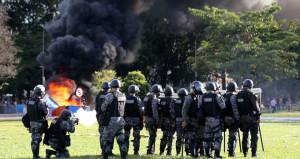 Kızgın göstericiler bakanlık binasını ateşe verdi