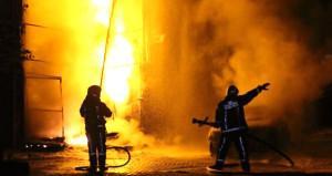 İstanbul'da geceyi gündüze çeviren yangın! Mahalleli sokağa döküldü