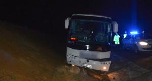 Farları bozulan yolcu otobüsü su kanalına düştü!