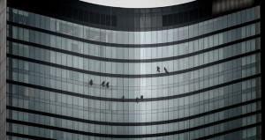 Lüks otelin camlarını temizleyen işçilerin ölümle dansı kamerada!