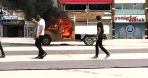 Şehrin ortasına getirdiği kamyonetini cayır cayır yaktı
