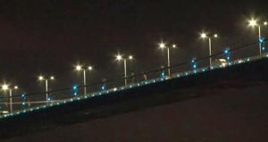 Beşiktaşlılar, köprüdeki Fenerbahçe bayrağını yaktı