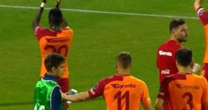 Podolski'nin küçük çocuğa yaptığı hareket büyük tepki çekti