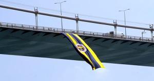 Ve Fenerbahçe bayrağı tekrar köprüde dalgalanıyor!