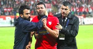 Süper Lig hayal olunca rakibine tekme tokat saldırdı
