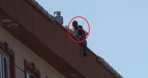 Sinir krizi geçiren baba, eşini ve çocuğunu çatıdan atmaya kalktı