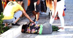 Alkollü kadın tur rehberi, çarşıyı birbirine kattı