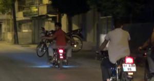 Yolda kalan motosikleti, motosikletin üzerinde taşıdılar