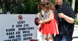 3 yaşındaki Lara, şehit babasının mezarını okşayıp ağladı