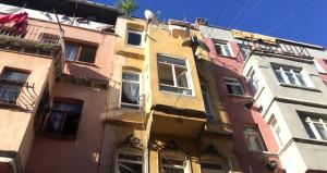 Fatih'te binanın çatı katı çöktü: 1 kişi hayatını kaybetti!