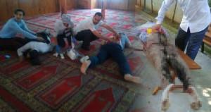 Camide dehşet anları! Öğlen namazında 3 kişiyi sırtından bıçakladı