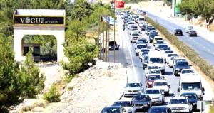 Turizm cenneti tatilcilerin akınına uğradı! 3 günde 220 bin araç geldi
