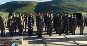 Askerler, doğa mucizesinin önünde saygı duruşuna geçiyor