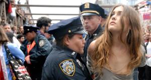 Gözaltına alınan güzel protestocu bakışlarıyla konuştu!