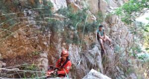Kayalıklarda mahsur kalan çılgın tatilcilerin imdadına AKUT yetişti