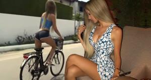 Mini şortuyla bisiklete binen Cansu, yürek hoplattı