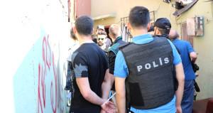 Uyuşturucu baskınında polisle gençler arasında ilginç diyalog