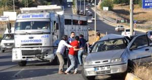 Trafiği birbirine kattı, polis aracına çarptı, inip kavga etti