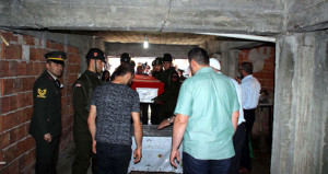 Ailesi istedi, şehidin cenazesi bodrum kata indirildi, tabutu açıldı