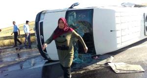 Lastiği patlayınca taklalar atan minibüs dehşet saçtı: 16 yaralı