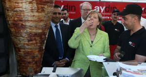 Merkel'in döner aşkı! Kendi elleriyle kesip, parmaklarıyla