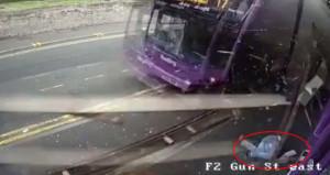 Otobüsün çarptığı adam hiçbir şey olmamış gibi kalkıp bara gitti