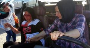 Anne kendi acısını unutup kızını teselli etti