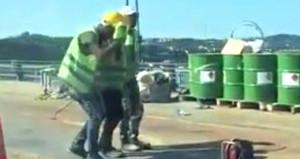 Köprüdeki çalışma sürücüleri çileden çıkarırken işçiler halay çekti!