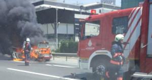 Son dakika! TEM'de araç alev alev yanıyor, trafik kilit