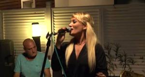 Köye yerleşen ünlü şarkıcı öğretmenlik yapmaya karar verdi