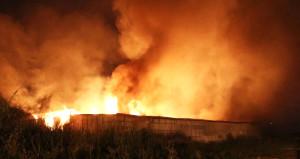 Adana'da mobilya fabrikasından yükselen alevler geceyi böldü