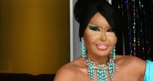 Diva, sokak ortasında bornozuyla sıfır makyaj görüntülendi