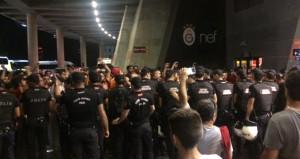 Galatasaraylı taraftarlar, protokol tribünü çıkışını kapattı