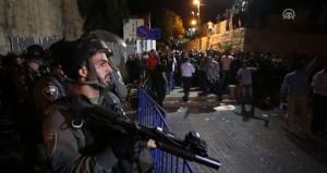 Mescid-i Aksa'da kan aktı! İsrail polisi namaz kılan cemaate saldırdı